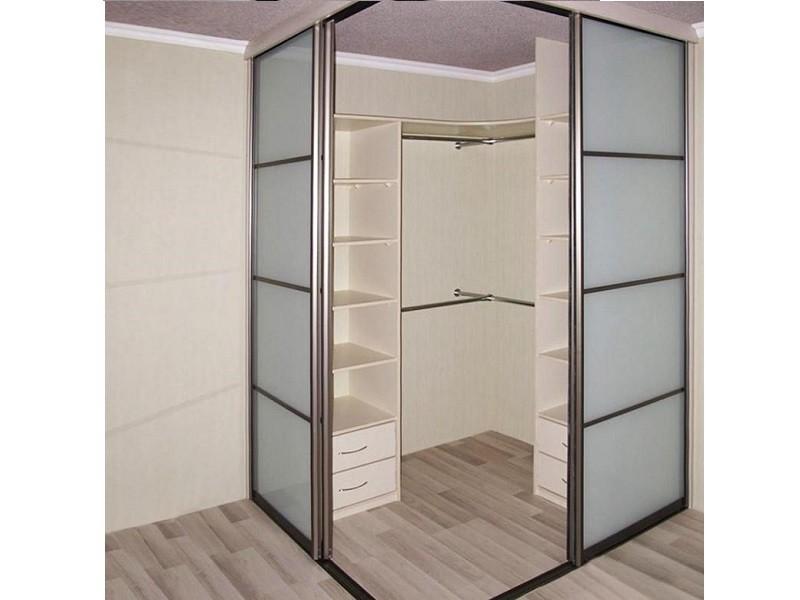 Угловые раздвижные двери для гардеробной