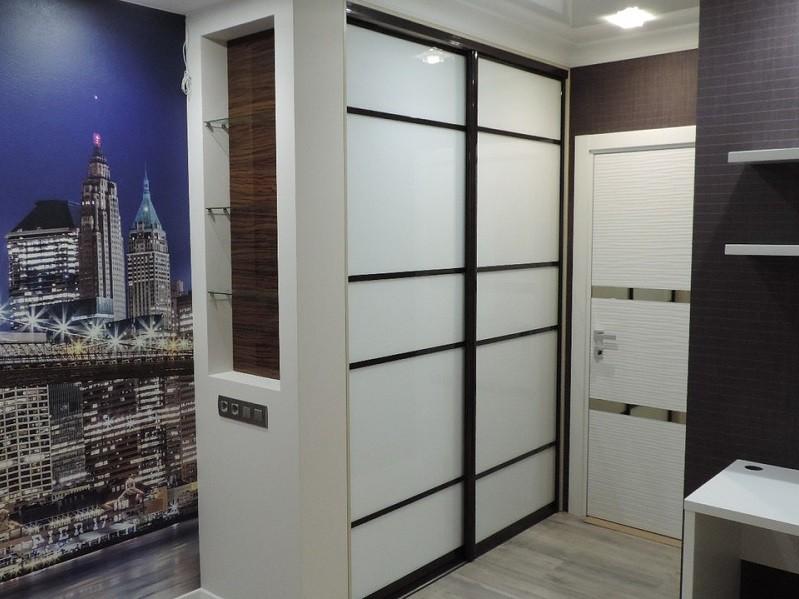 Двери для встроенного шкафа белого цвета