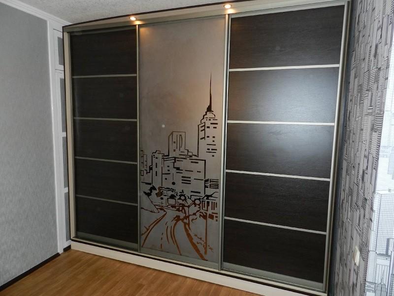 Двери-купе в спальню с пескоструйным рисунком