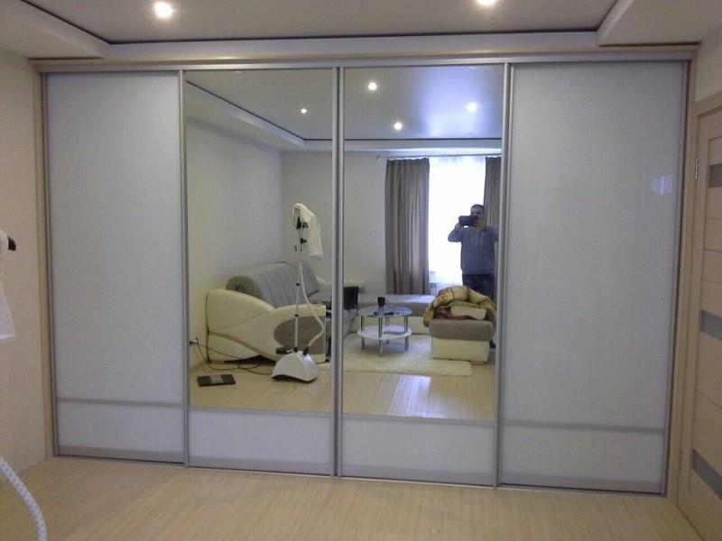 Зеркальные двери-купе в гостиную