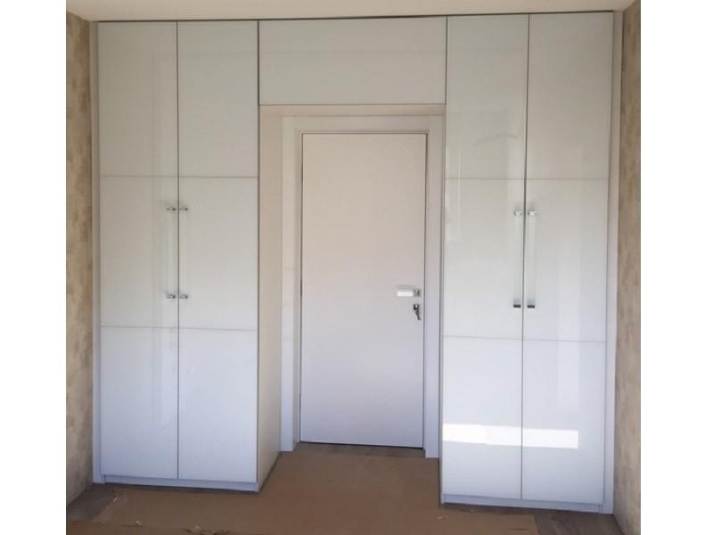 Шкаф вокруг двери белый распашной №0458