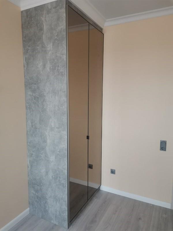 Складные двери зеркало графит в алюминиевом профиле