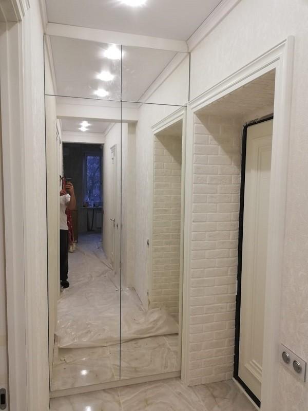 Складные зеркальные двери с распашными антресолями