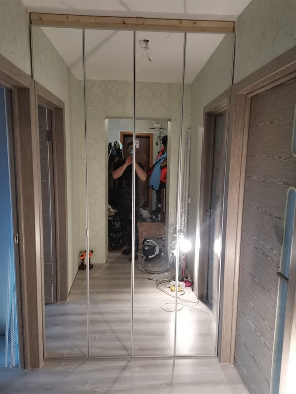 Шкаф гармошка зеркало в рамке со скрытой ручкой